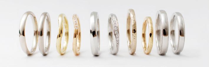 デザイン別に並べられた結婚指輪